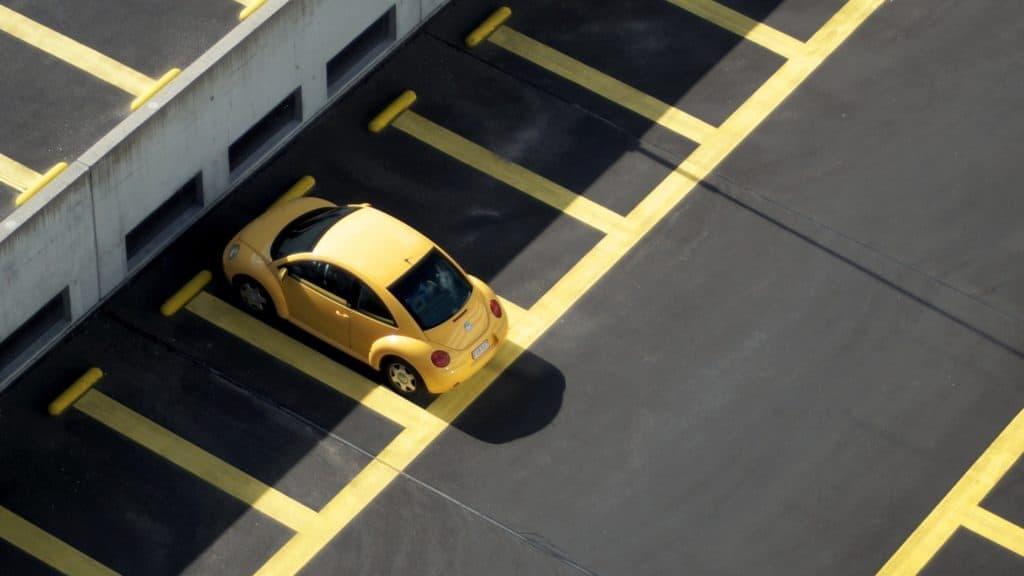 автомобиль на парковке картинка