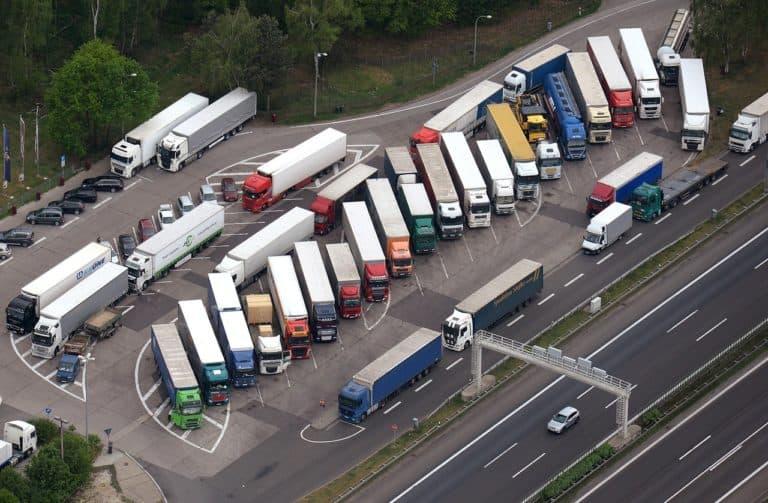 В каких местах запрещена стоянка грузовых автомобилей